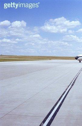 在滑行道转弯处,它的宽度要根据飞机的性能适当加宽