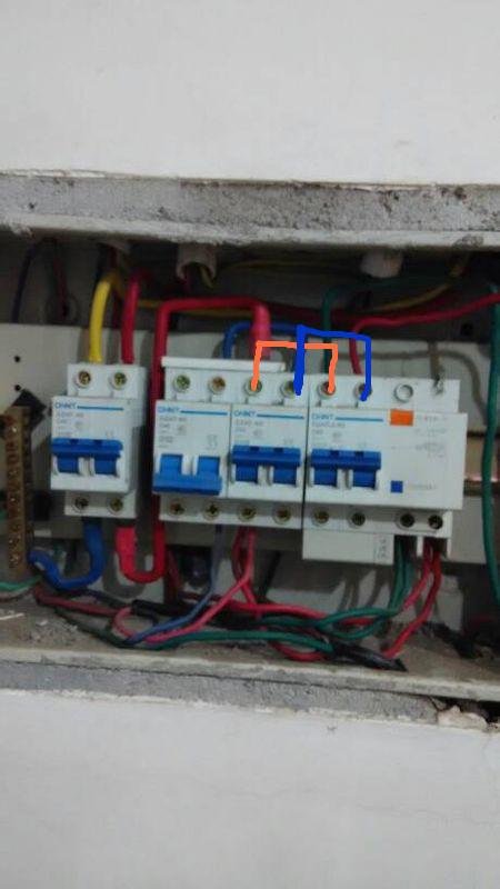 请问这个配电箱的电线应该怎么接,才能让配电
