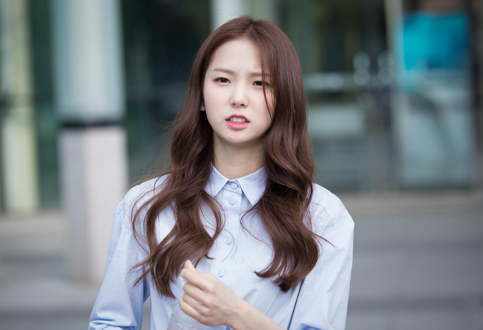 2013年4月30日,与韩国男子组合BEAST成员梁耀燮发表Cube Voice Project家族合作单曲《Perfume》[2]。 2014年,受邀参演BTOB歌曲《Beep Beep》的MV。 2015年3月9日,经纪公司CUBE Entertainment公布她的首张出道预告照[1];3月13日,出道实录综艺节目《CLCs Love Chemistry》正式播出;3月17日,随组合发行首张迷你专辑《First Love》,并公开主打曲目《PEPE》[3];4月16日,组合公开首个单曲《Eig