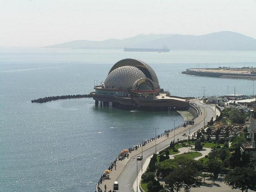 皇宫.在青岛栈桥风景区有一个与栈桥隔海相望的建筑,这就是海上皇宫.